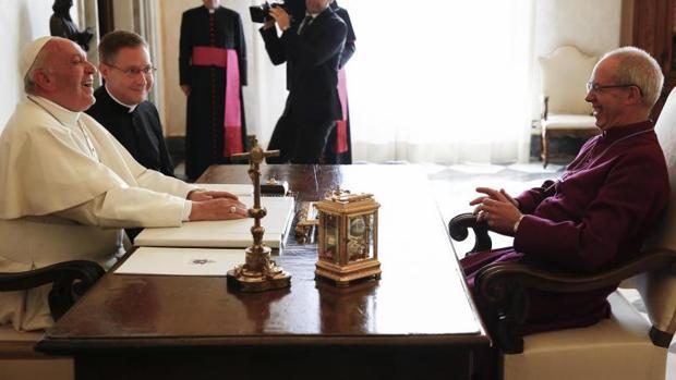 El Papa Francisco (i) recibe en audiencia al arzobispo de Canterbury, Justin Welby (d), en el Vaticano