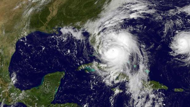 Imagen de satélite donde se aprecia el huracán Matthew, a la izquierda ,y la tormenta Nicole, a la derecha