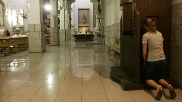 Una feligresa se confiesa en la parroquia de Santa Teresa y San José de Madrid