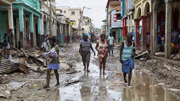 Los vecinos de la ciudad de Jeremie en Haití recorren las calles anegadas tras el paso del huracán Matthew