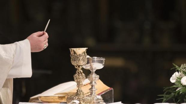 El sacerdote en el momento de la Consagración
