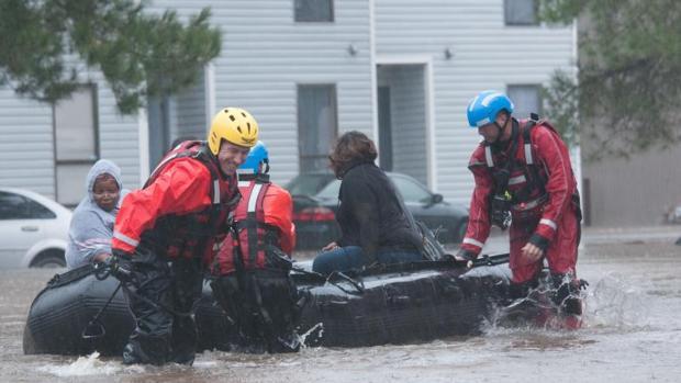 Los servicios de emergencia evacúan a una familia en Fayetteville, Carolina del Norte