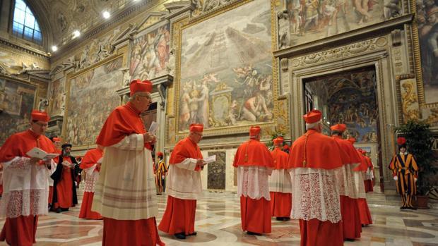 Cardenales entrando a la capilla Sixtina, durante la elección del Papa Francisco