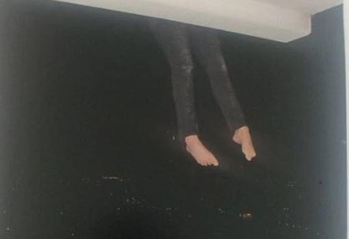 La Policía publicó fotografías de su recreación de la muerte de joven mujer colgando desde el balcón