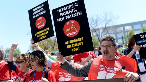 Enfermos de hepatitis C piden más tratamientos, en una protesta en Barcelona del pasado mes de abril