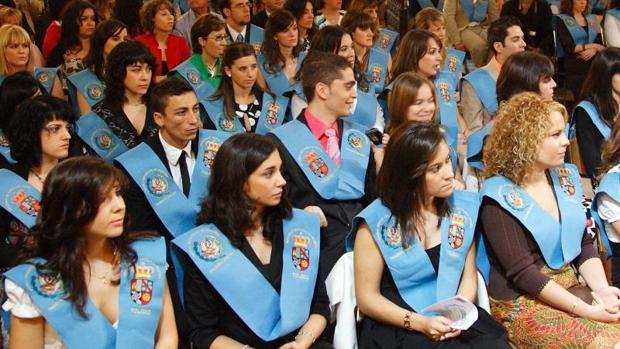 Alumnos de Magisterio del campus de Toledo en la ceremonia de su graduación