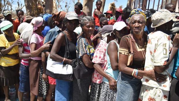 Víctimas del huracán Matthew en Haití esperan su turno para conseguir alimentos
