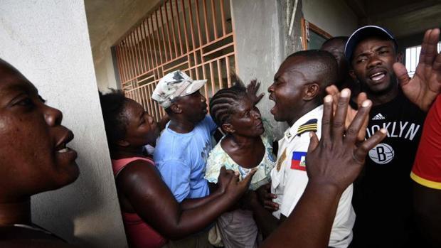 La policía de Haití trata de controlar a la multitud en Port-Salut, al suroeste de Port-au-Prince