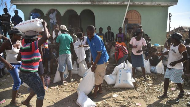 Reparto de comida en una localidad al suroeste de Haití el pasado 12 de octubre