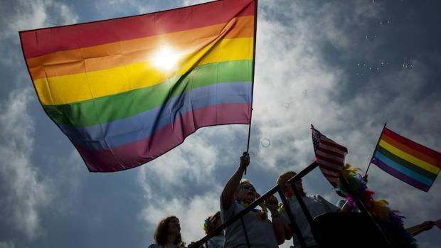Un grupo de manifestantes sostienen una bandera el día del Orgullo Gay de Nueva York