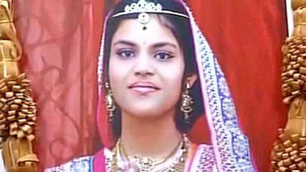 Captura de pantalla de un vídeo en el que aparece la fotografía que los padres de la adolescente han colocado en su negocio
