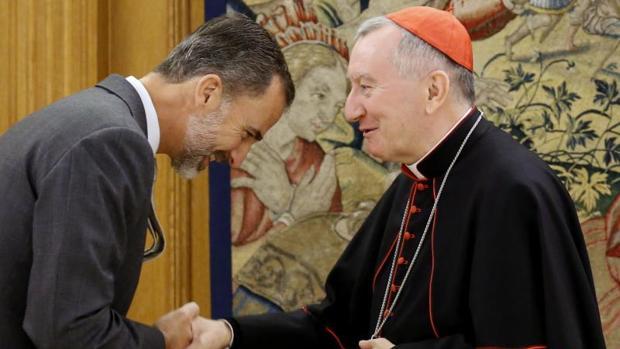 Don Felipe saluda al secretario de Estado del Vaticano, Pietro Parolin