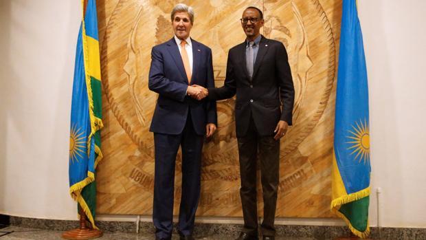 El secretario de Estado de EE.UU., John Kerry, con el presidente de Ruanda, Paul Kagame, en la cumbre