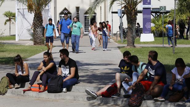 Un repetidor universitario gallego paga menos que un alumno nuevo en Cataluña, Madrid y Castilla y León