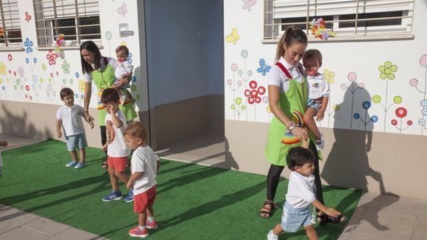 La sociedad española ha cambiado en las últimas décadas y se intenta igualar al hombre y a la mujer en las bajas por maternidad