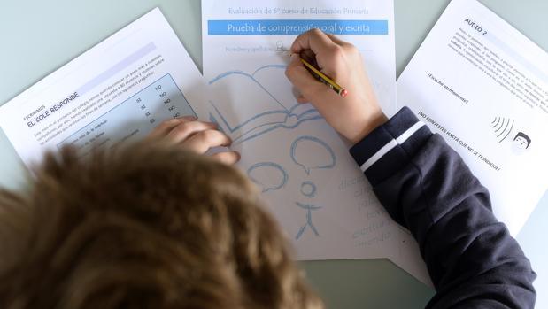 Un niño practica en su casa las pruebas de evaluación del Ministerio de Educación, Cultura y Deporte que esta semana realizarán los estudiantes de 6º de Primaria, una evaluación que la Ley Orgánica para la Mejora de la Calidad Educativa (Lomce) obliga a aplicar a partir de este curso