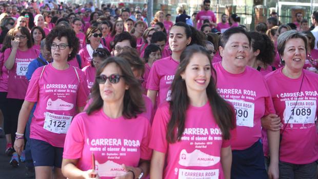 Carrera contra el cáncer de mama en Ciudad Real. La Asociación de Mujeres afectadas de Cáncer de Mama y Ginecológico de Castilla La Mancha (Amuma) llenó las calles de participantes
