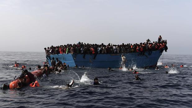 Decenas de inmigrantes, rescatados por miembros de la ONG Proactiva a unas 12 millas al norte de Libia, en el Mediterráneo, el pasado 4 de octubre