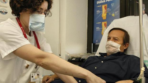Una enfermea atiende a un paciente en un hospital público