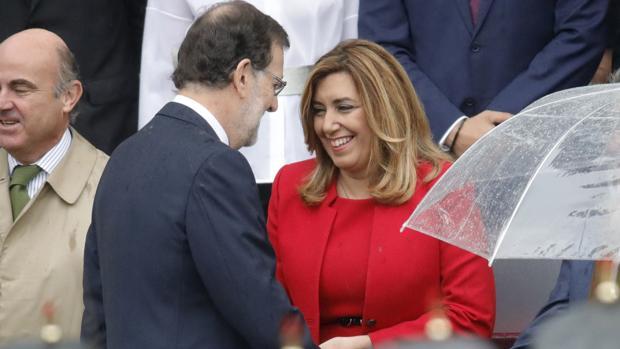 Rajoy saluda a Suana Díaz durante el desfile del Día de la Fiesta Nacional
