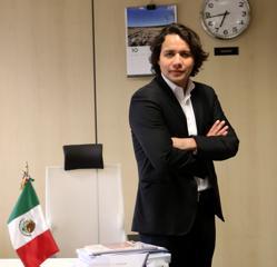 Trejo, en la sede de la OIJ en Madrid, no olvida su país natal. En su mesa, la bandera de México