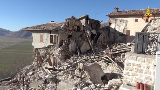 Fotografía facilitada por el Departamento de Bomberos italiano de una vista general de la localidad de Castelluccio di Norcia, región de Umbria (Italia)