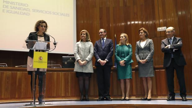 La nueva ministra de Sanidad, Servicios Sociales e Igualdad, Dolors Montserrat (2i),
