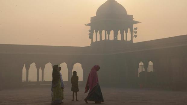 Varias mujeres pasan por delante de la mezquita de Jama Masjid