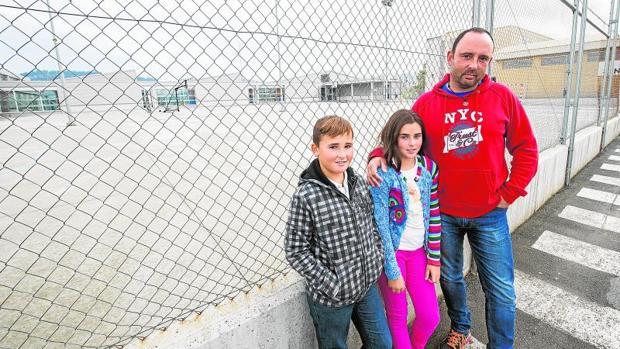 Emilio Peña ha tenido suerte con los turnos de trabajo y ha podido hacerse cargo de sus hijos por la mañana