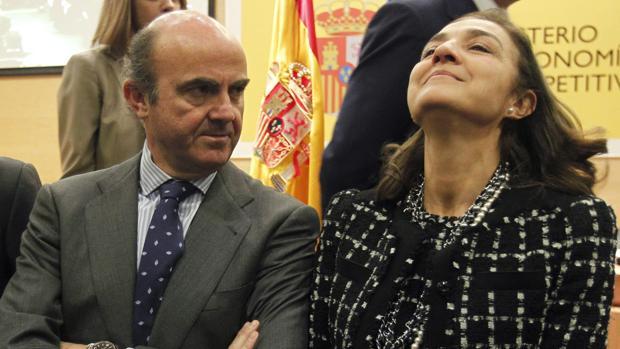 El ministro de Economía, Luis de Guindos, con Carmen Vela en un acto público