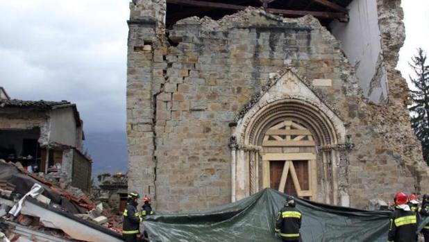 Bomberos trabajan en el desescombro de la iglesia de San Agustín, en Amatrice, tras el terremoto del pasado 30 de octubre