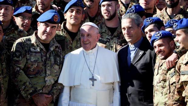 El Papa Francisco junto a oficiales de la Armada Italiana durante la audiencia general en la plaza de San Pedro