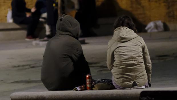 Jóvenes hacen botellón en un área de ocio de Madrid