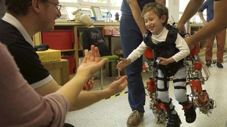 Álvaro, el primer niño que ha probado el exoesqueleto premiado