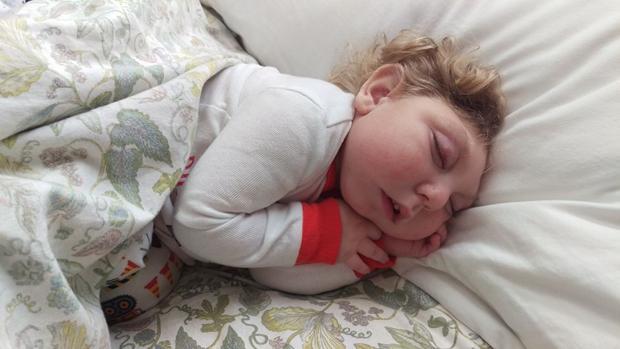 La increíble historia del bebé milagro que cumplió dos años pese a faltarle un 80% del cerebro
