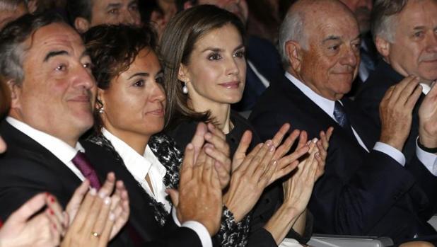 La Reina Letizia acompañada por la ministra de Sanidad, Servicios Sociales e Igualdad, Dolors Montserrat (2i), el presidente de la CEOE, Juan Rosell (i), y el presidente del BBVA, Francisco González (2d)