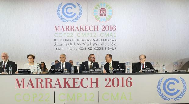 La jefa de cambio climático de la ONU, Patricia Espinosa (2i), el ministro de Exteriores marroquí, Saleheddin Mezuar (3i), el rey de Marruecos, Mohamed VI (c) y el secretario general de la ONU, Ban Ki-moon (23d) durante la cumbre de Naciones Unidas para el Clima (COP22) en Marrakech (Marruecos) hoy, 15 de noviembre de 2016