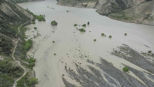 Vista de un lago creado por el terremoto en el río Conway cerca de Kailoura (Nueva Zelanda). Un seísmo de 5,8 grados de magnitud en la escala abierta de Richter sacudió Nueva Zelanda, réplica del terremoto de 7,8 grados que anoche causó dos muertos y originó una alerta de tsunami