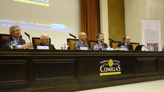 De izda. a dcha.: Juan Vicente Boo, el cardenal electo Carlos Osoro, Antonio Obregón, Bieito Rubido y Federico Fernández de Buján