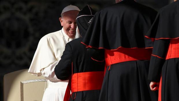 El Papa saluda a los cardenales que van llegando a Roma para la celebración del Consistorio este sábado