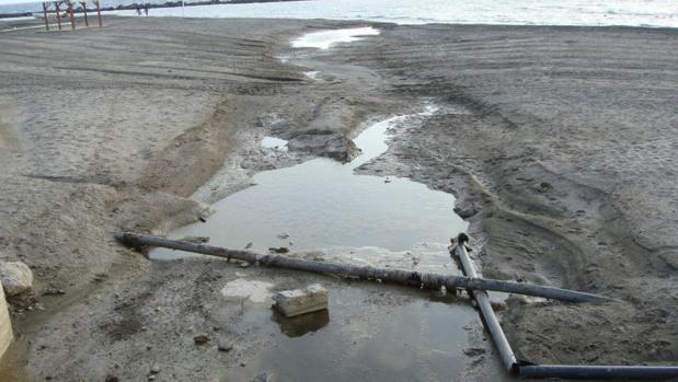 Deficiente canalización de aguas residuales en una playa andaluza
