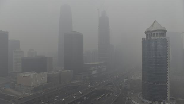 Pekín, envuelta bajo una nube de niebla en la alerta roja de diciembre de 2015