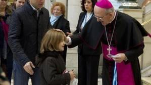 El Papa Francisco impone la birreta al cardenal Carlos Osoro este sábado