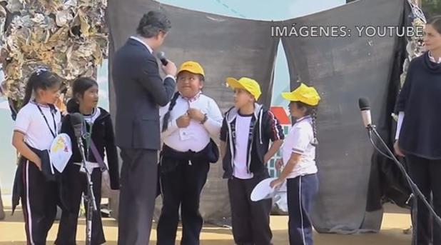 Una niña mexicana de Primaria corrige públicamente al secretario de Educación