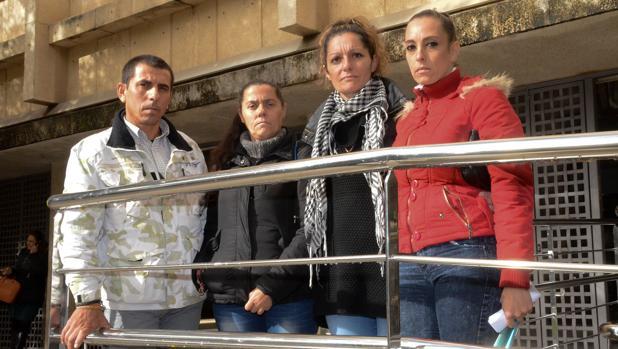 Francisco Bolaños e Isabel Gómez, padres de uno de los menores denunciantes, Erika Cadenas del Círculo Feminismo Podemos Badajoz, y Manoli Vivas, madre de la menor presuntamente violada