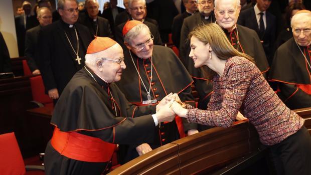 La Reina Letizia saluda al cardenal Estepa durante su visita a la Conferencia Episcopal