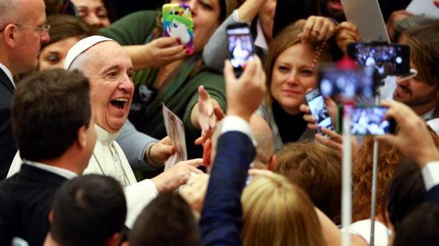 El Papa sonríe a los fieles a su llegada a la audiencia general de este miércoles