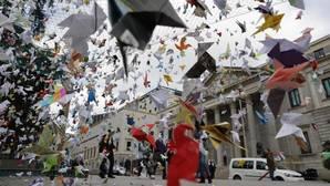 Miles de «pajaritas» de origami vuelan hasta el Congreso en defensa de Doñana