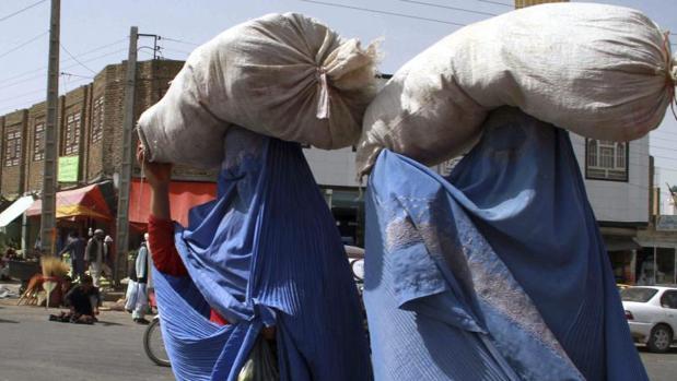 Dos mujeres caminan por una calle de Herat (Afganistán) vestidas con un burka