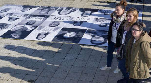 El mural formado por fotografías de 21 mujeres, realizado por alumnos para «despertar» la reflexión y «remover» la conciencia de toda la sociedad en la lucha contra la violencia de género, situado en la entrada de la Facultad de Educación del Campus Universitario de Palenci